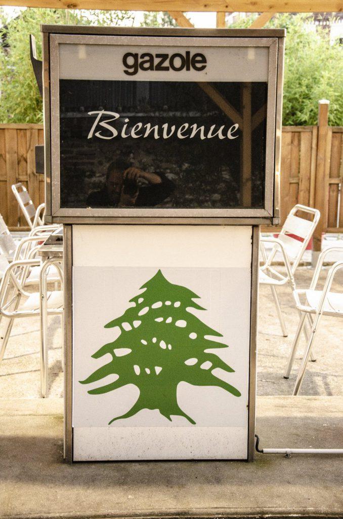 Ancienne pompe a essence redécorée aux couleurs du liban